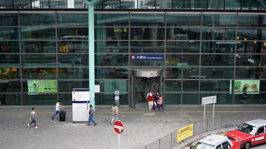 紅磡駅外観 大きな絵で中にはいろいろなお店があります。