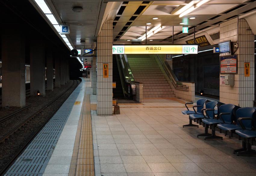 台北駅ホーム、なんとな~く関西のにおいが・・