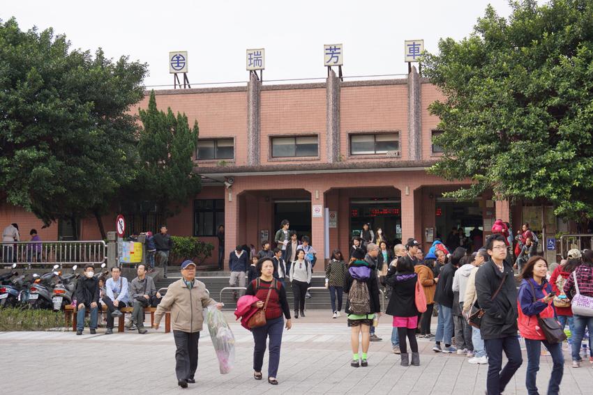 瑞芳駅からは続々と人が降りてきます。