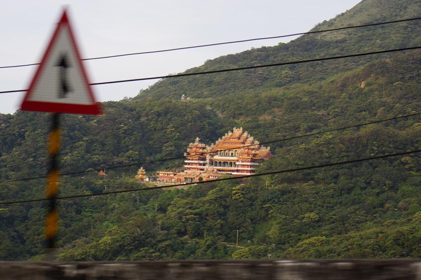 坂を上っている途中に見えた豪勢な建物
